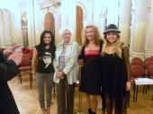 La Tana Rinaldi con Las Muñecas Bravas a minutos de empezar el 3er legistango en el Salón Dorado (3)
