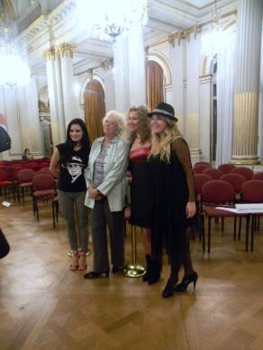La Tana Rinaldi con Las Muñecas Bravas a minutos de empezar el 3er legistango en el Salón Dorado (6)