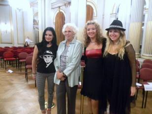 La Tana Rinaldi con Las Muñecas Bravas a minutos de empezar el 3er legistango en el Salón Dorado (7)