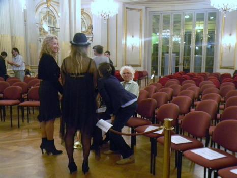 La Tana Rinaldi con Las Muñecas Bravas a minutos de empezar el 3er legistango en el Salón Dorado